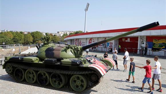 """El ministro del Interior de Serbia, Nebojsa Stefanovic, declaró que el carro de combate, una """"maqueta"""", estaba controlado y que no representaba ningún peligro. (Foto: EFE)"""
