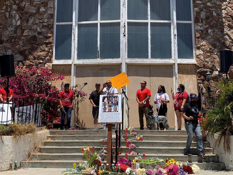 Un sentido rezo cantado por miembros de la tribu indígena Chumash en memoria de los negros abatidos por la policía en los últimos años en Estados Unidos. (EFE/Alex Segura).