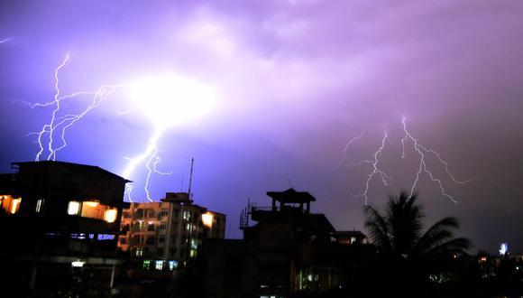 Los rayos iluminan el cielo nocturno durante una tormenta sobre Guwahati, India, el 18 de abril de 2016. (Foto referencial, Biju BORO / AFP).