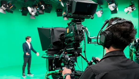 El comunicador especializado en medios audiovisuales e interactivos no solo maneja muy bien las técnicas y los equipos, sino que también le da forma a la información. (Foto: Shutterstock)