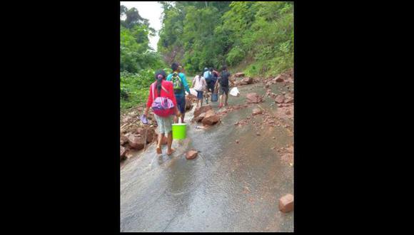 Los pasajeros arriesgan sus vidas al pasar caminando las zonas afectadas ubicadas a 25 kilómetros al este de Tarapoto (Foto: Hugo Anteparra)