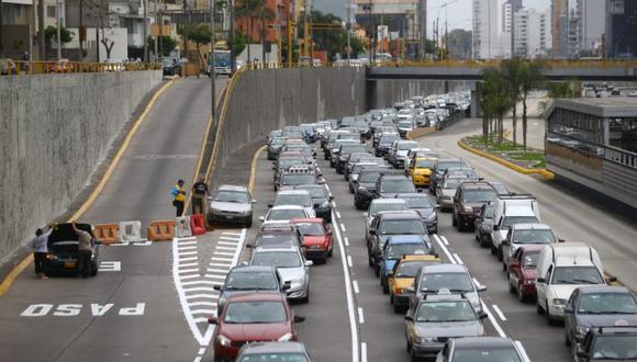 Largas filas de vehículos se pudo ver a lo largo de la Vía Expresa de Paseo de la República. (Foto: Jesús Salcedo)