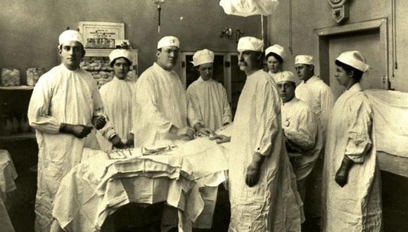El Bellevue se hizo célebre por albergar a los mejores cirujanos del país. Hasta la década de 1840, operaban sin anestesia. (NYC HEALTH + HOSPITALS/BELLEVUE)