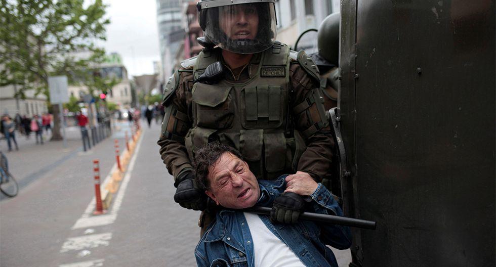 Un manifestantes es detenido durante las protestas contra el gobierno en Concepción, Chile. (REUTERS/Juan Gonzalez).