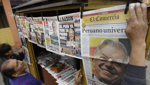 Quiosco con los periódicos celebrando el otorgamiento del premio Nobel de Literatura al escritor peruano Mario Vargas Llosa. (Foto: AP/Karel Navarro)