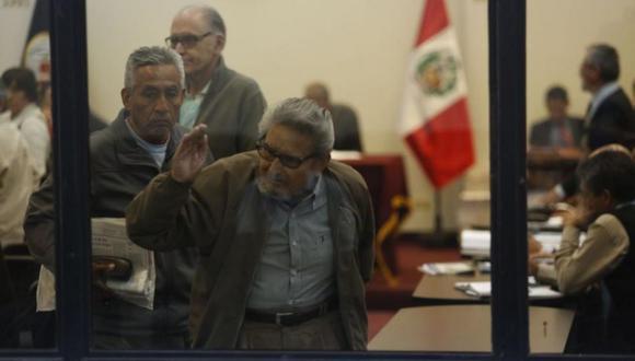 Abimael Guzmán y sus coprocesados se retiran expulsado de la sala de audiencias. (Foto: Hugo Pérez)