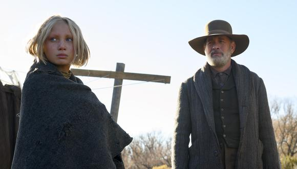 "De izquierda a derecha, Johanna Leonberger (Helena Zengel) y el capitán Jefferson Kyle Kidd (Tom Hanks) en ""Noticias del gran mundo"" (""News of the World""). Foto: Netflix."