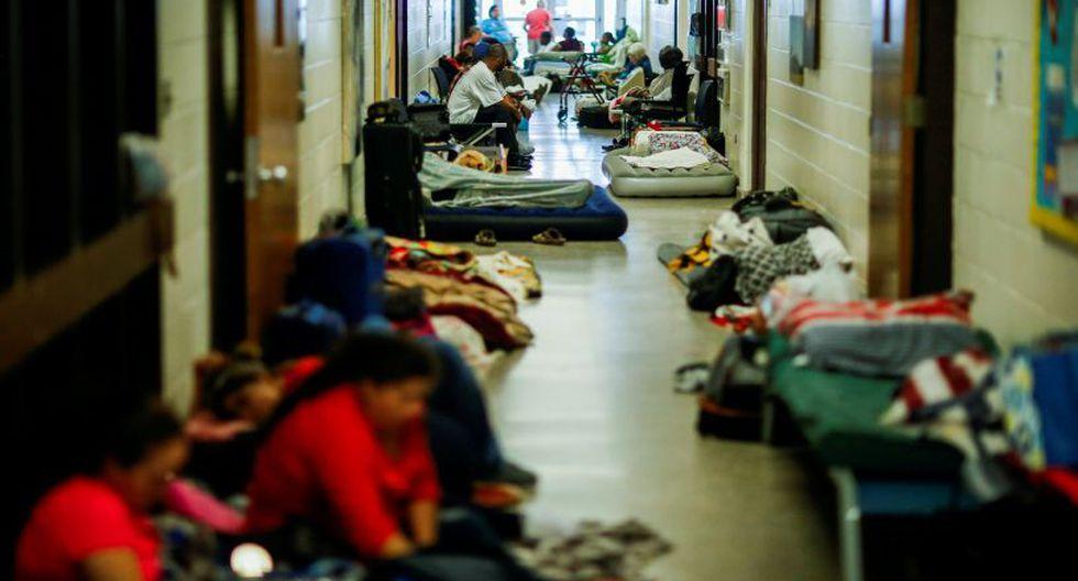 Otro grupo de personas se encuentran refugiadas en la localidad de Grantsboro, Carolina del Norte. | Foto: Reuters