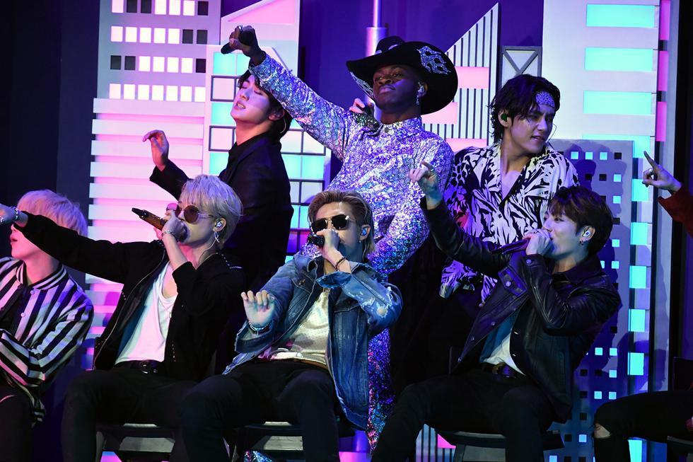 """Lil Nas X entonó """"Old Town Road"""" junto a BTS en los Grammy 2020. (Foto: AFP)"""