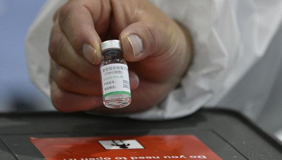 Presidente Francisco Sagasti confirmó que llegará al Perú medio millón de dosis de la vacuna contra el COVID-19 del laboratorio chino. (Foto de Aizar RALDES / AFP).