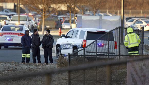 Los trabajadores de la ciudad y la policía se paran frente al Centro de Servicios Municipales Joycelyn V. Johnson después de informes de disparos en Winston-Salem, Carolina del Norte. (Foto: AP)