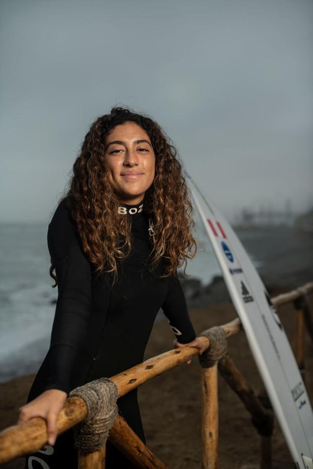 FUTURO PROMETEDOR. Daniella Rosas cuenta que surfea desde los cinco años y compite en torneos desde los ocho. En Lima 2019, logró quedarse con la medalla de oro, coronándose campeona panamericana. Hoy su sueño es ser campeona olímpica. (Foto: Elías Alfageme)
