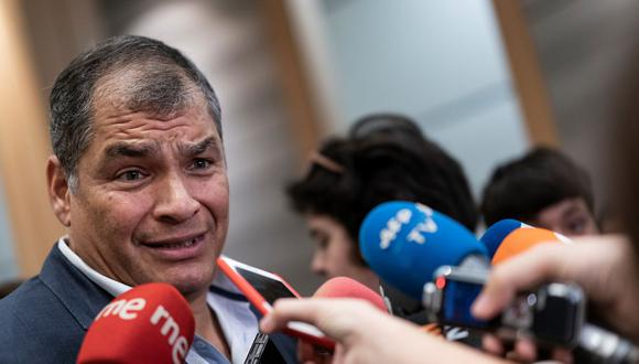 El ex presidente de Ecuador, Rafael Correa, habla con la prensa en el Parlamento Europeo en Bruselas el 9 de octubre de 2019. (Foto de Kenzo TRIBOUILLARD / AFP).