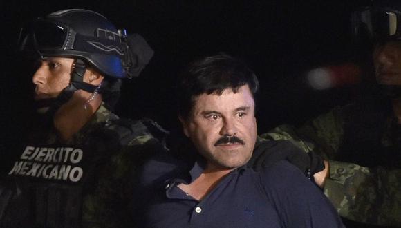 El capo de la droga Joaquín El Chapo Guzmán es escoltado a un helicóptero en el aeropuerto de la Ciudad de México el 8 de enero de 2016 luego de su recaptura. (Foto de OMAR TORRES / AFP).