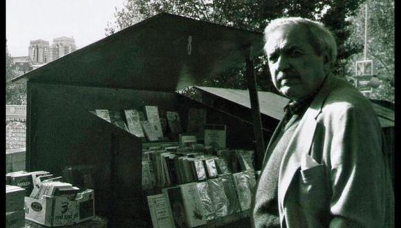 """Luis Loayza en las librerías de la ribera del Sena. El autor de """"El avaro"""" vivió más de 40 años en Francia."""