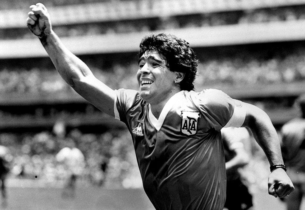 El gol imposible acaba de concretarse. El genio creador de la obra corre y celebra. El mundo futbolístico esta encandilado. Era el segundo tanto argentino contra Inglaterra en el mundial mexicano. (Foto: Agencia Reuters)