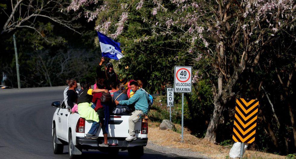 Un grupo de migrantes hondureños viaja en la parte de atrás de una camioneta con destino a la Ciudad de Guatemala, desde la ciudad de Quezaltepeque, para después dirigirse hacia la fronteriza de Tecún Umán e intentar ingresar a México. (Foto: EFE)