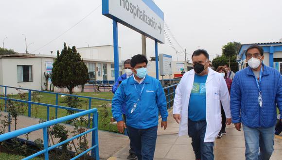 Mario Carhuapoma (primero de la izquierda) durante visita al hospital Sabogal. (Foto: Red Prestacional Sabogal)