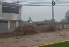 Moquegua: precisos momentos en que huaico ingresa a la ciudad tras activarse tres quebradas   VIDEO