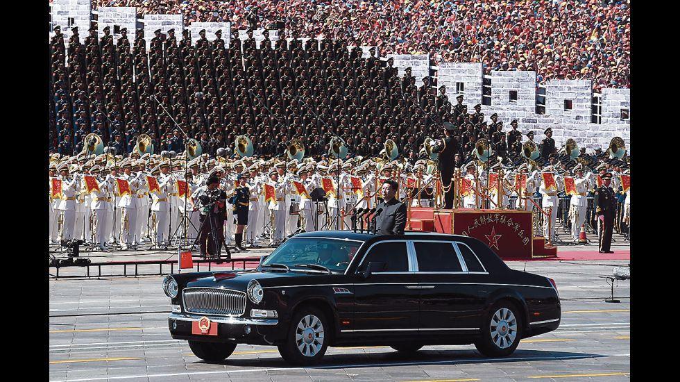 El gobernante chino Xi Jinping pasa revista a las tropas en la plaza Tiananmén, en Pekín.