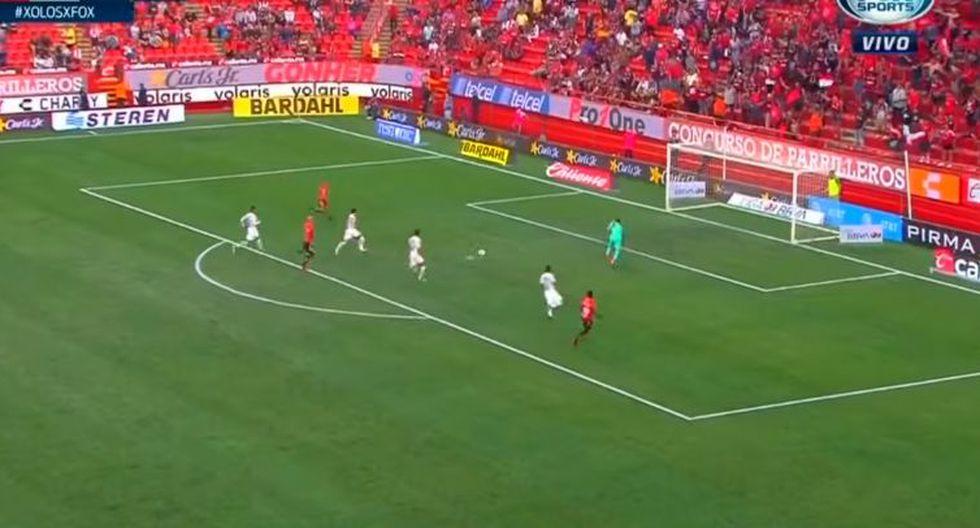 Camilo Sanvezzo aprovechó una perfecta asistencia de Miller Bolaños para marcar sin oposición en la primera parte del juego ante el cuadro felino. (Foto: captura de video)