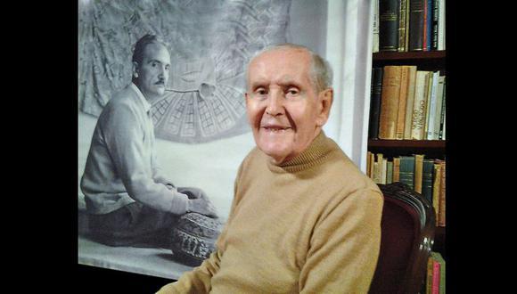 Francisco Miró Quesada C. en su biblioteca; detrás, la fotografía de su gran amigo.