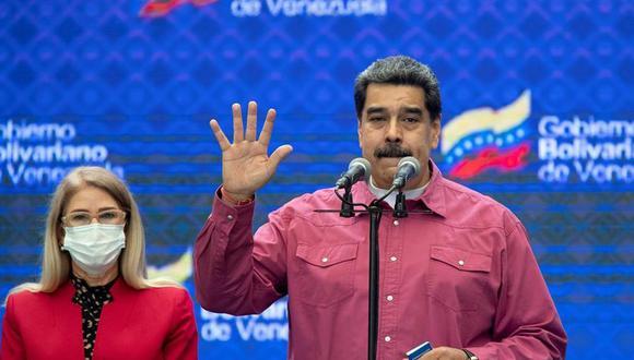 El presidente de Venezuela, Nicolás Maduro, pronuncia un discurso acompañado de la primera dama Cilia Flores, tras votar en Caracas. (EFE/ Rayner Peña).