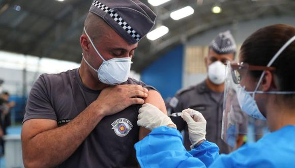 Un oficial de policía recibe una dosis de la vacuna contra la enfermedad del coronavirus de AstraZeneca (COVID-19) en el primer día de vacunación del gobierno estatal para oficiales de policía, en la Academia de Policía Militar Barro Branco en Sao Paulo, Brasil. (Foto: REUTERS / Amanda Perobelli).