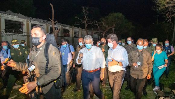 El mandatario de Colombia, Iván Duque, es acompañado por el ministro de defensa, Diego Molano, mientras realizan un recorrido por las instalaciones destruidas a causa de la explosión de un carro bomba hoy, en la Brigada del Ejército, en Cúcuta. (Foto: EFE | Presidencia de Colombia | Nicolás Galeano )