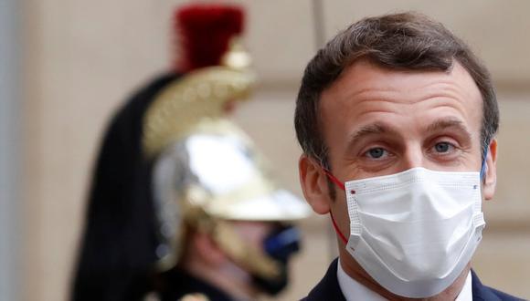 El presidente francés Emmanuel Macron, con una máscara protectora, es visto en el en el Palacio del Elíseo, París (Francia), el 14 de diciembre de 2020. (REUTERS/Christian Hartmann).