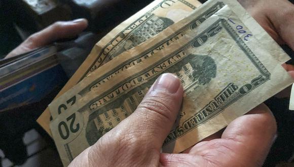 En el mercado paralelo o casas de cambio de Lima, el tipo de cambio se cotiza a S/3,600 la compra y S/3,630 la venta. (Foto: AFP)