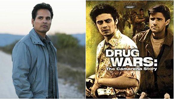 """A la izquierda, Michael Peña interpretando a Kiki Camarena, a la derecha, el afiche de """"The Camarena Story""""."""
