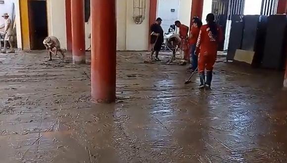 Integrantes de la Compañía de Bomberos de Samegua iniciaron las labores de limpieza del inmueble, que resultó afectado por lodo y piedras.