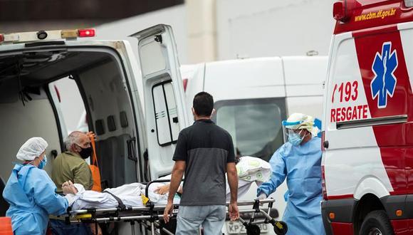 Personal médico de una ambulancia traslada a un paciente para remitirlo a un hospital Brasilia. Brasil es considerado actualmente el epicentro global de la crisis sanitaria por el coronavirus. (Foto: EFE/ Joédson Alves).