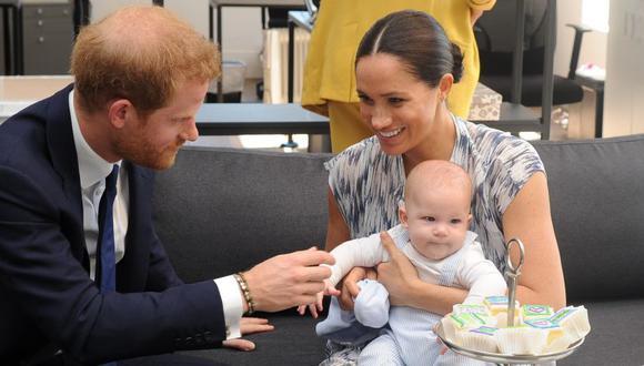 El príncipe Harry y su esposa Meghan Markle sostienen a su hijo Archie durante una visita a Sudáfrica el pasado 25 de setiembre. (Foto: AFP).