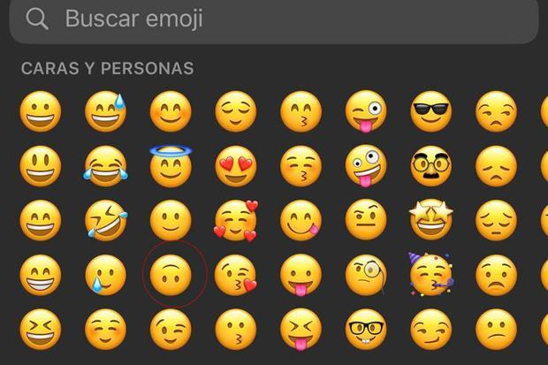 El emoji de la carita al revés se encuentra en el apartado de personas de WhatsApp. (Foto: MAG)