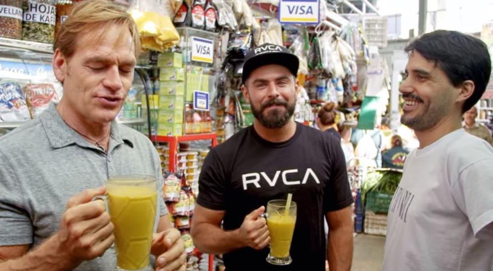 Zac Efron probó todo tipo de platillos y bebidas durante su viaje por Lima e Iquitos. En la imagen, en el mercado de Surquillo. (Foto: Netflix)