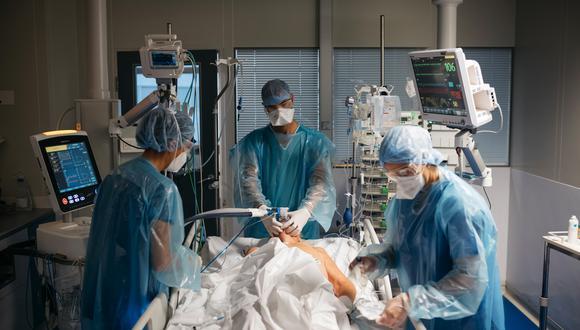 Trabajadores de la salud intentan resucitar a un paciente en la unidad de cuidados intensivos (UCI) en el hospital Saint Joseph en Marsella, Francia. (Foto de archivo: Bloomberg)