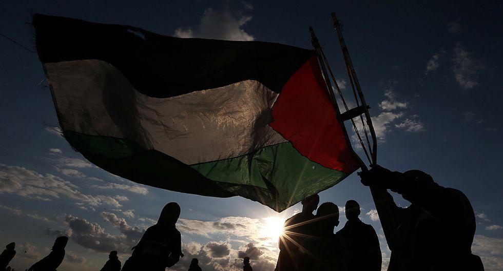 Un manifestante ondea una bandera palestina durante una protesta contra Israel en la valla fronteriza Israel-Gaza, en el sur de la Franja de Gaza. (Foto: Reuters)