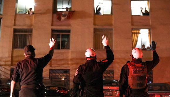 Cada noche, la población le agradece su esfuerzo a los miembros de la Policía. Foto: Archivo El Comercio