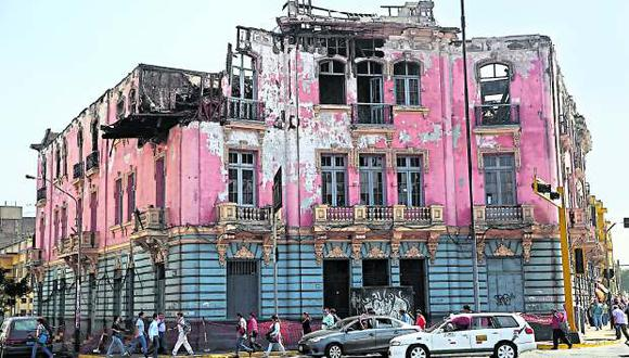 La incendiada Casona Larco, en la Plaza 2 de Mayo, ha sido adquirida por Art Express. (Foto: Alonso Chero / El Comercio)