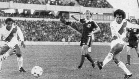 Una postal de lujo del preciso momento que César Cueto anota su primer y único gol en los Mundiales ante el arco de Escocia. (Foto: Herald)