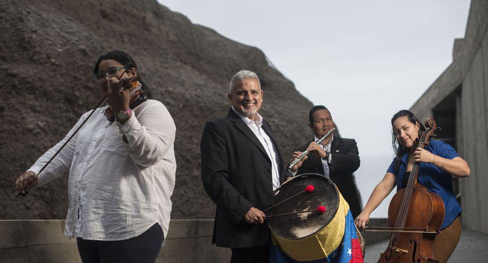 Son músicos, atienden mesas o taxean: conoce a la orquesta de migrantes venezolanos en el Perú. FOTO: Elías Alfageme.