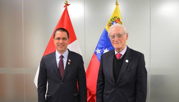 Canciller venezolano Jorge Arreaza publicó el 30 de julio una foto con su par peruano Héctor Béjar. (Foto: Twitter/Jorge Arreaza)