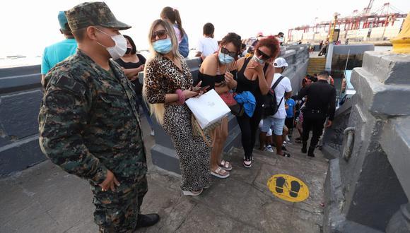 Los intervenidos por celebrar una fiesta en un yate fueron trasladados a la comisaría para que se les imponga una multa. (Foto: EduardoCavero/@photo.gec)