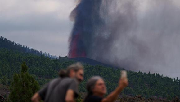 Dos personas se toman una foto mientras observan la erupción del volcán Cumbre Vieja en La Palma, España. (EFE/ Ramón De La Rocha).