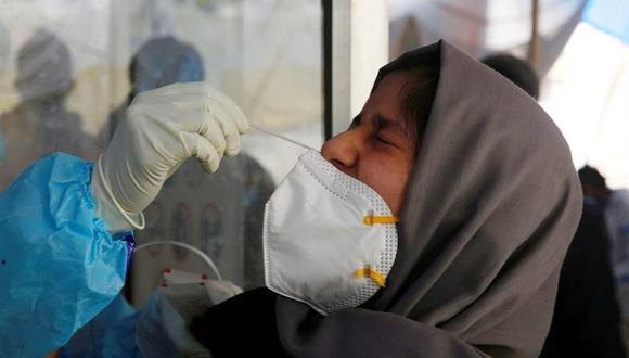Una mujer se somete a la toma de una muestra de hisopo para analizar si tiene coronavirus en Srinagar, India, el 6 de abril de 2021. (EFE / EPA / FAROOQ KHAN).