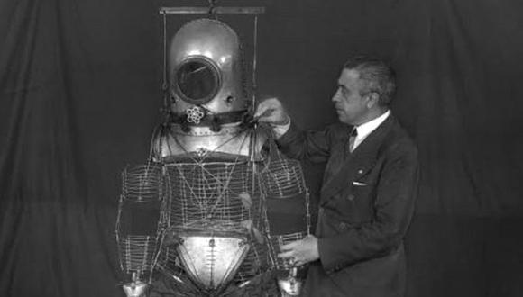 Fotografía de Archivo, sin fecha, del ingeniero español Emilio Herrera ultimando su escafandra estratonáutica, un prototipo de traje espacial que diseñó treinta años antes que los ingenieros de la NASA. (Foto: EFE)