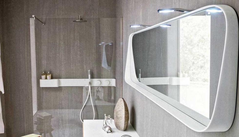 Espejo hecho de corian y con luz incorporada. (De Prodotti)