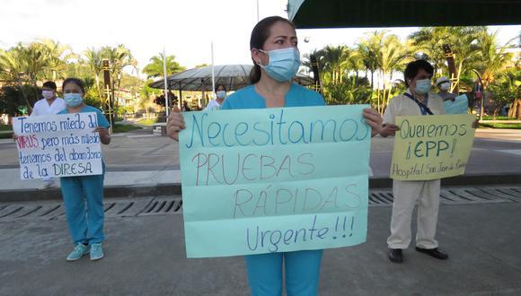 Médicos y enfermeras hicieron un plantón frente a la municipalidad (Foto: Jorge Quispe).